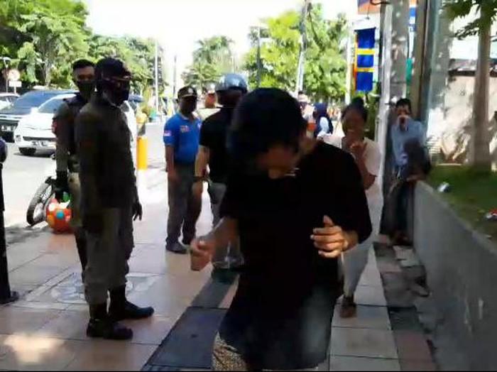 Pemkot Surabaya akan memberikan sanksi kepada warga yang berkeliaran tanpa menggunakan masker. Mulai dari penyitaan KTP, hukuman push up hingga berjoget.