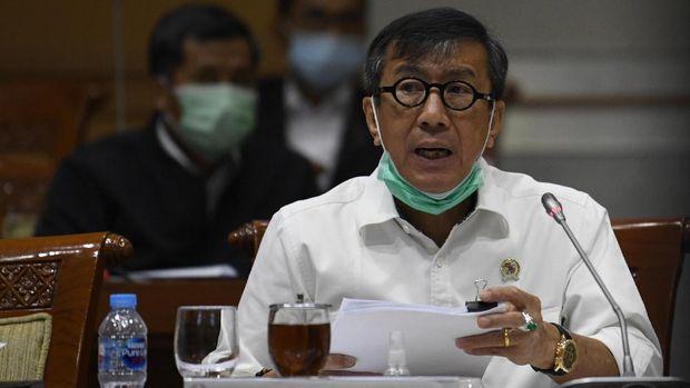 Menteri Hukum dan Hak Asasi Manusia Yasonna Laoly  mengikuti rapat kerja bersama Komisi III DPR di Kompleks Parlemen Senayan, Jakarta, Senin (22/6/2020). Raker tersebut membahas persiapan kenormalan baru di lembaga pemasyarakatan (LP) dan Imigrasi. ANTARA FOTO/Puspa Perwitasari/hp.