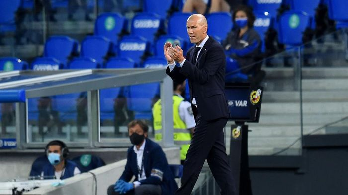 SAN SEBASTIAN, SPAIN - JUNE 21:  Zinedine Zidane , Real Madrid manager encourages his players during of the Liga match between Real Sociedad and Real Madrid CF at Estadio Anoeta on June 21, 2020 in San Sebastian, Spain. (Photo by Juan Manuel Serrano Arce/Getty Images)