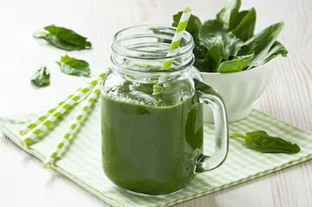 Jus Spinach atau jus bayam mengandung vitamin A, vitamin C, vitamin E, dan vitamin K yang baik untuk tubuh terutama kulit.