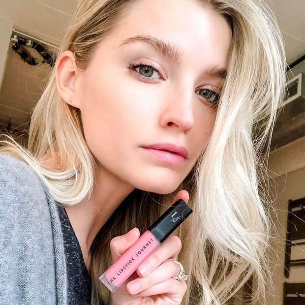 Pinkish nude lipstick untuk membuat gigi tampak lebih cerah