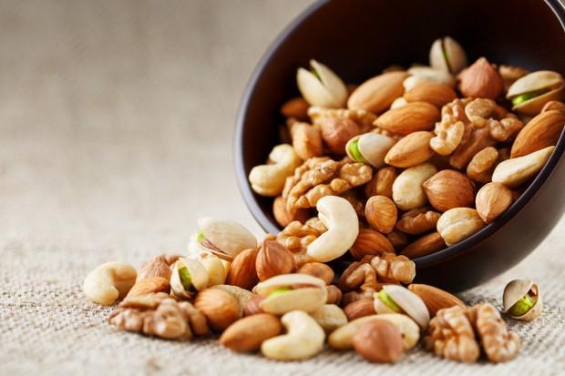 kacang-kacangan memiliki kandungan yang kaya akan asam lemak omega-3 yang bagus untuk kesehatan kulit.