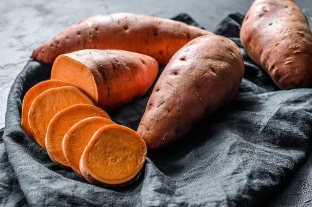 Kandungan kalori dan karbohidrat dalam ubi jalar sangat tinggi.