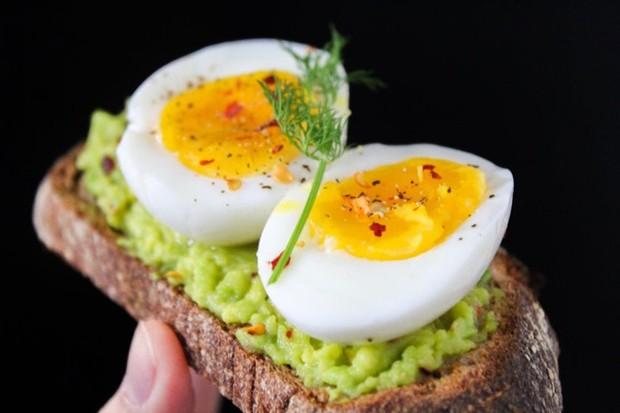 merebus telur terlalu lama membuat tekstur dan rasa telur berubah