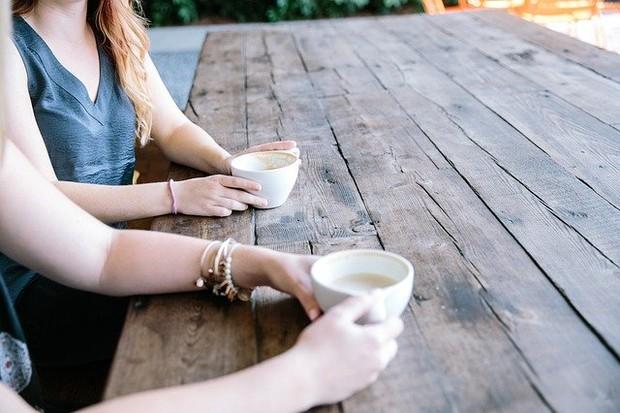Mendengarkan Cerita Teman yang Sedang Sedih/ Foto: Pixabay