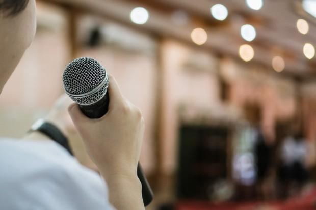 Ilustrasi: pikiran fokus sebelum presentasi agar dapat berbicara lancar di depan umum