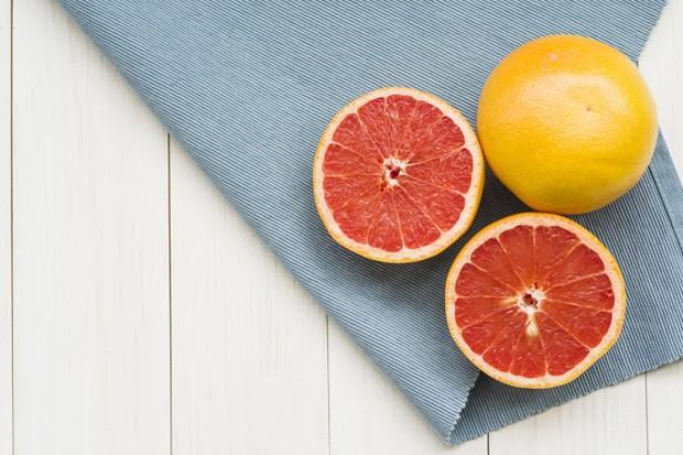 Grapefruit memiliki kandungan vitamin C yang membantu menghilangkan racun dari tubuh kamu.