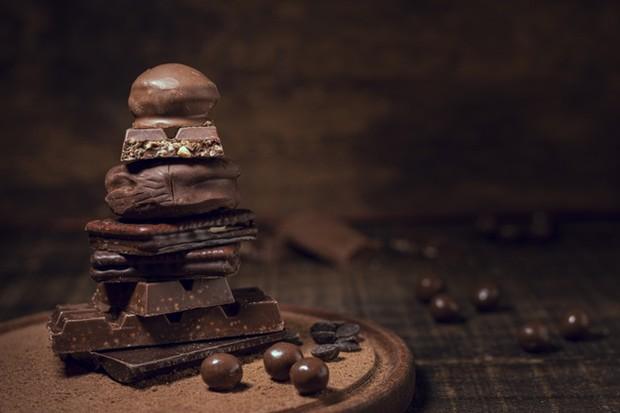 Dark chocolate mencegah peradangan jerawat yang nantinya akan mengontrol produksi minyak kulit dengan bantuan antioksidan.