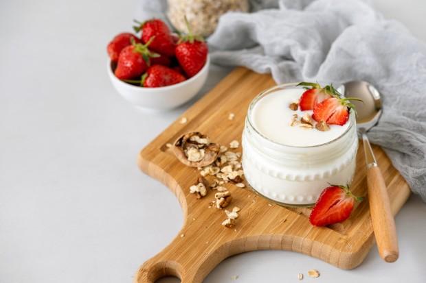 Bakteri asam laktat yang terkandung di yoghurt akan terbunuh oleh asam hidroklorat di dalam perut jika dikonsumsi saat belum makan.