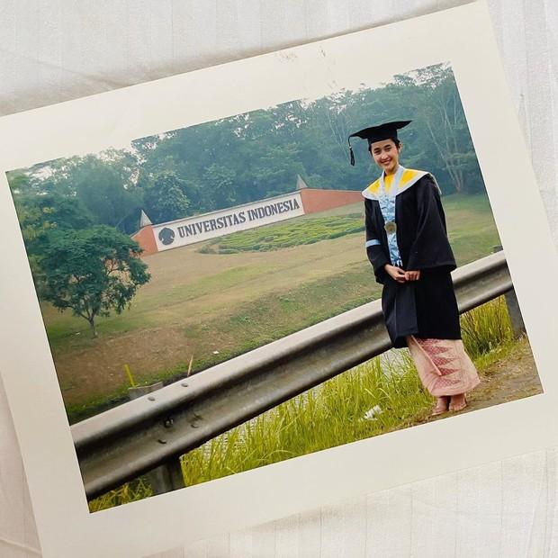 Prita Hapsari menggunakan toga saat wisuda S1 di Universitas Indonesia