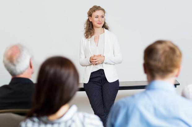 Ilustrasi: kontak mata dengan audiens saat berbicara di depan umum