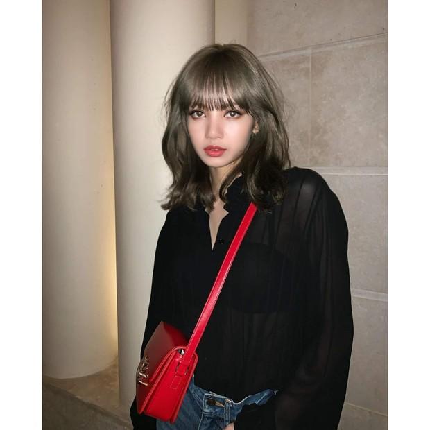 Lisa BLACKPINK menghadiri acara peragaan busana di Paris.