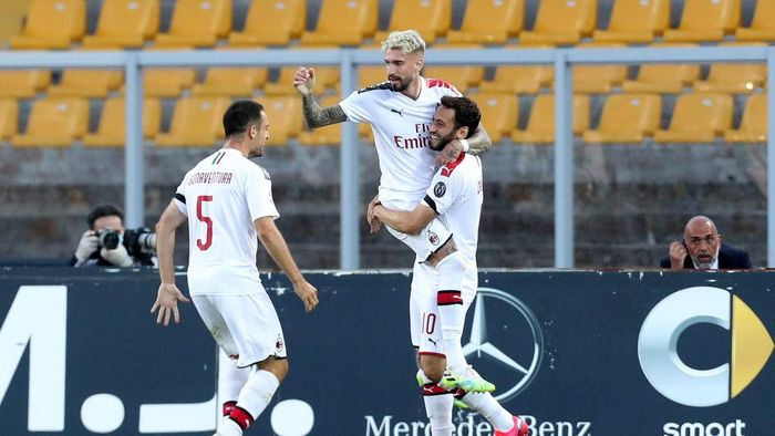 LECCE, ITALY - JUNE 22: Samu Castillejo of Milan celebrates after scoring the opening goal during the Serie A match between US Lecce and  AC Milan at Stadio Via del Mare on June 22, 2020 in Lecce, Italy. (Photo by Maurizio Lagana/Getty Images)