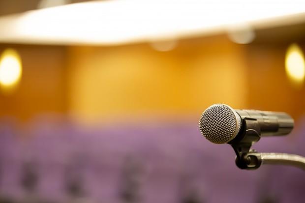 Ilustrasi: mengenali tempat presentasi sebelum berlangsungnya presentasi agar dapat berbicara lancar di depan umum