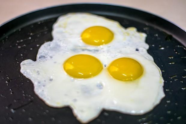 Kesalahan saat membuat telur sunny-side-up adalah ketika masih ada putih telur mentah di sekitar kuning telur
