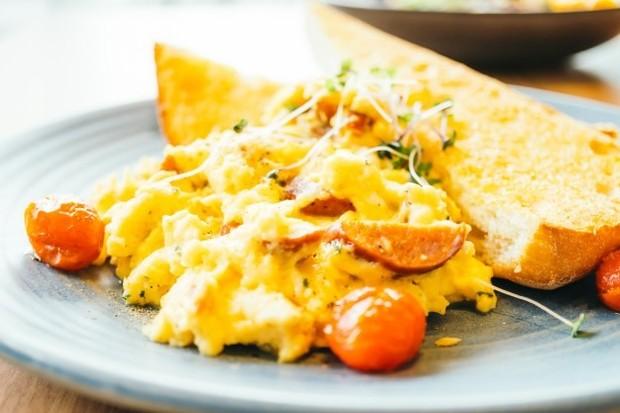 tak perlu menambahkan susu atau krim agar telur terasa lembut dan empuk.