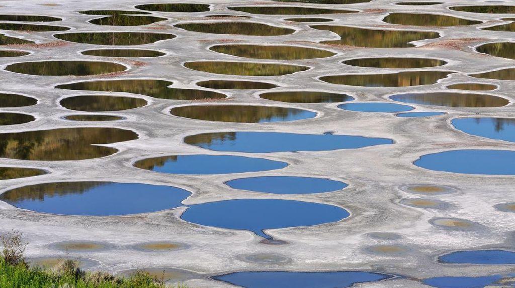 Potret Unik Danau Bolong-bolong dari Kanada