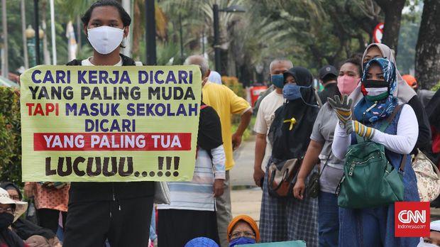 Gerombolan orang tua yang tergabung dalam Gerakan Emak dan Bapak Peduli Pendidikan dan Keadilan (GEPRAK) menyemut di depan Balai Kota Jakarta menyuarakan kritik soal Penerimaan Peserta Didik Baru (PPDB) 2020, Selasa, 23 Juni 2020. Mereka meminta Gubernur DKI Jakarta Anies Baswedan menghapus aturan usia pada PPDB DKI Jakarta, karena banyak yang anaknya tak lolos ke SMP dan SMA yang dituju. CNN Indonesia/Safir Makki