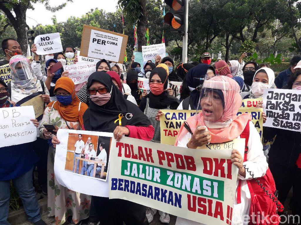 Sambangi Balai Kota, Ortu Siswa Demo Anies soal Aturan Batas Usia di PPDB DKI