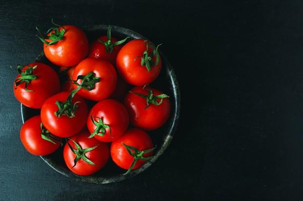Tomat ini memiliki kandungan asam tannic yang tinggi, sehingga dapat meningkatkan kadar asam di perut kita.