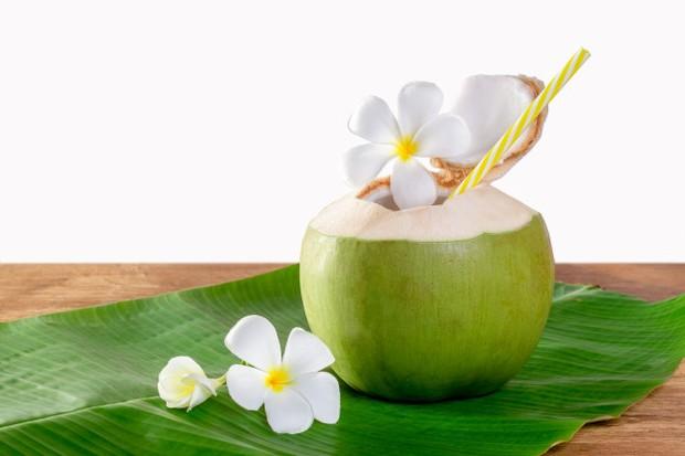Mengkonsumsi air kelapa itu akan membantu untuk menjaga kulit bersih dan kenyal serta mencegah ledakan berminyak pada wajah.