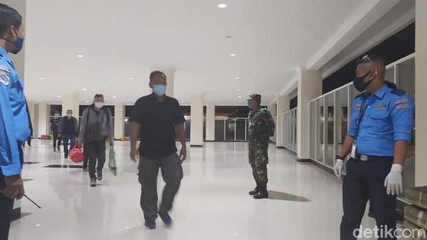 Gelombang pertama kedatangan TKA asal China tiba di Bandara Halu Oleo Kendari (Sitti Harlina/detikcom)
