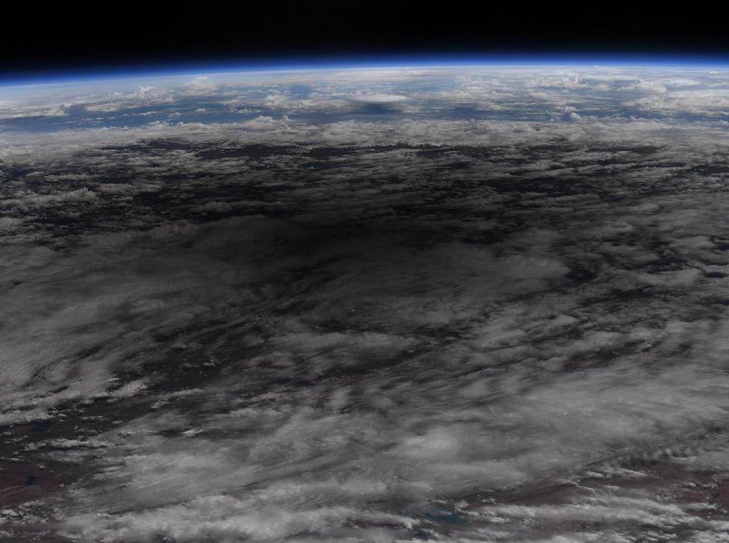 Penampakan Gerhana Matahari Cincin dari Antariksa
