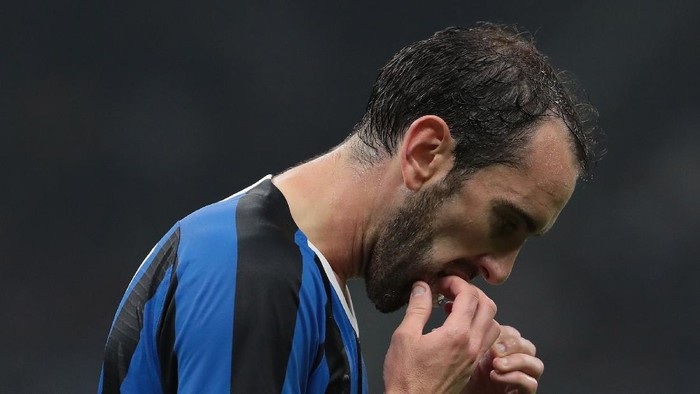 MILAN, ITALY - OCTOBER 23:  Diego Godin of FC Internazionale reacts during the UEFA Champions League group F match between FC Internazionale and Borussia Dortmund at Giuseppe Meazza Stadium on October 23, 2019 in Milan, Italy.  (Photo by Emilio Andreoli/Getty Images)