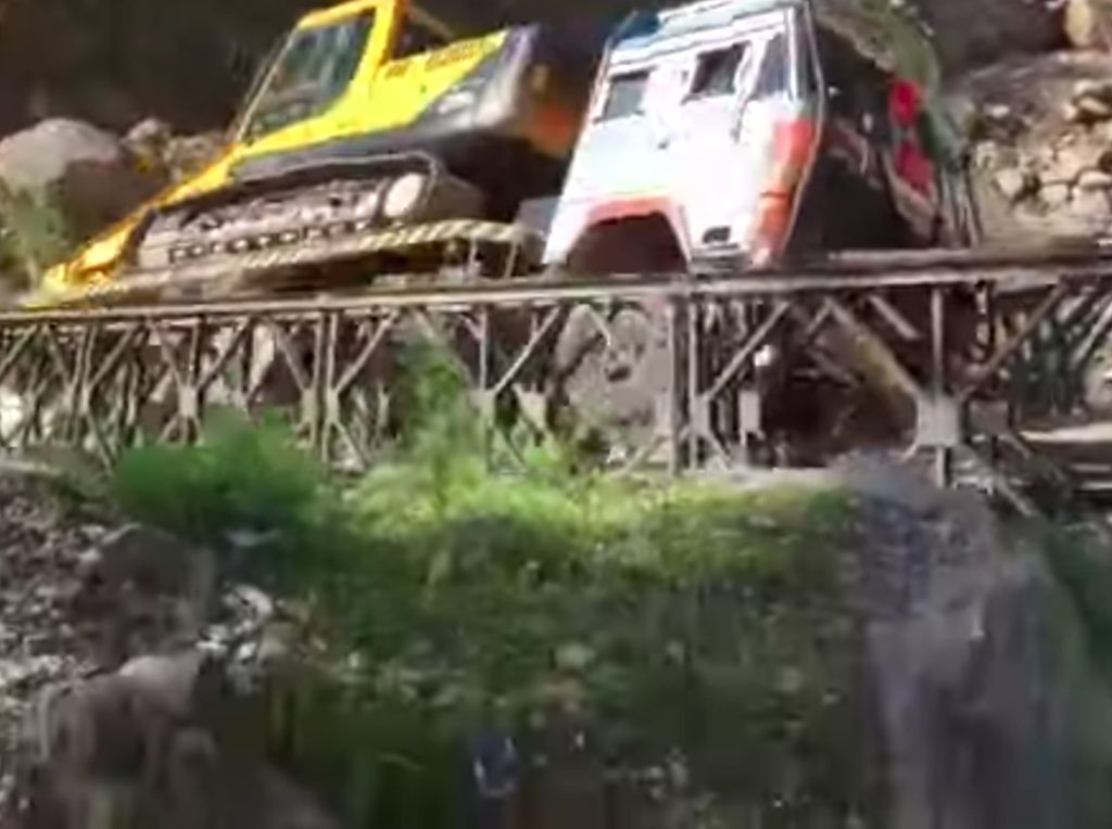 Video Jembatan Roboh di India, Truk yang Melintas Masuk Jurang