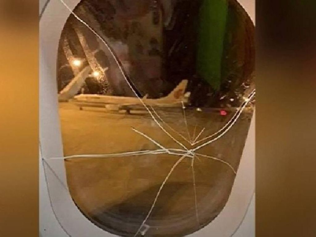 Penumpang Wanita Mabuk, Pukul Jendela Pesawat Sampai Retak