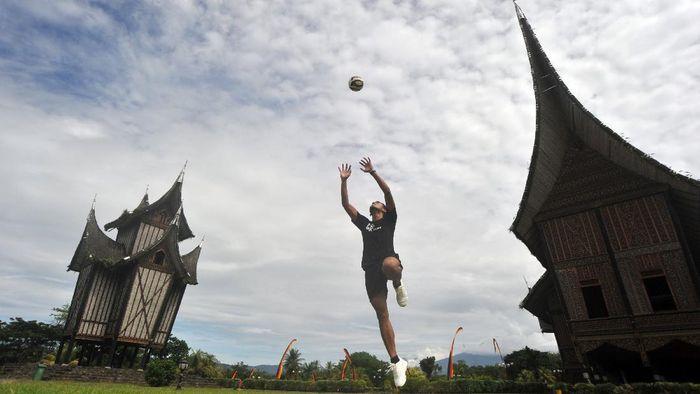 Pesepakbola Teja Paku Alam, melakukan latihan mandiri di halaman Istano Basa Pagaruyung, Batusangkar, Kab.Tanah Datar, Sumatera Barat, Selasa (23/6/2020). Penjaga gawang Persib Bandung itu berlatih secara mandiri di rumah dan lingkungan sekitar tempat tinggalnya selama masa pandemi COVID-19, untuk menjaga kondisi tubuh agar dapat tampil maksimal dalam lanjutan Liga 1 2020. ANTARA FOTO/Iggoy el Fitra/foc.