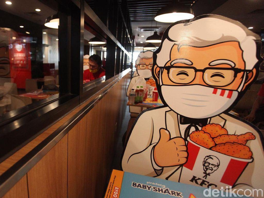 Kini Makan Ayam Ditemani Colonel Sanders Loh!