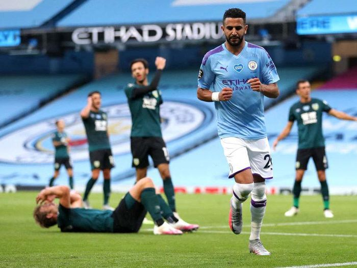 MANCHESTER, ENGLAND - JUNE 22: Phil Foden of Manchester City celebrate with his team after scoring his teams first goal during the Premier League match between Manchester City and Burnley FC at Etihad Stadium on June 22, 2020 in Manchester, England. Football stadiums around Europe remain empty due to the Coronavirus Pandemic as Government social distancing laws prohibit fans inside venues resulting in all fixtures being played behind closed doors. (Photo by Martin Rickett/Pool via Getty Images)