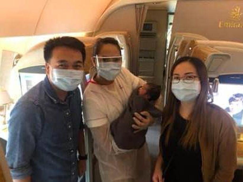 Mengharukan, Perawat Bantu Persalinan di Tengah Penerbangan