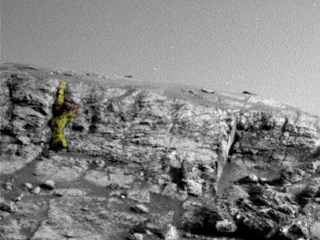 Penggila Konspirasi Kekeuh Alien Bikin Patung Prajurit di Mars