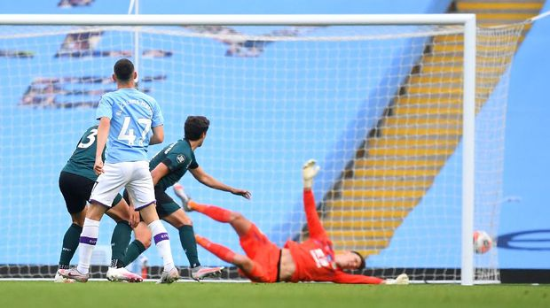 MANCHESTER, ENGLAND - JUNE 22: Phil Foden of Manchester City scores his teams first goal during the Premier League match between Manchester City and Burnley FC at Etihad Stadium on June 22, 2020 in Manchester, England. Football stadiums around Europe remain empty due to the Coronavirus Pandemic as Government social distancing laws prohibit fans inside venues resulting in all fixtures being played behind closed doors. (Photo by Michael Regan/Getty Images)