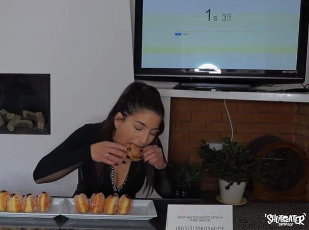 Rekor Makan Donat Isi Selai Terbanyak, 10 Buah dalam 3 Menit!