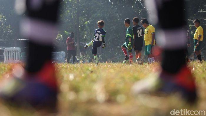 Sepak bola jadi kegiatan yang kerap dilakukan oleh anak-anak di pandemi Corona. Masa libur sekolah pun dimanfaatkan untuk asah kemampuan olah kulit bundar.