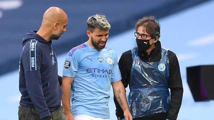 MANCHESTER, ENGLAND - JUNE 22: Sergio Aguero of Manchester City comes off the pitch injured as he speaks with Pep Guardiola, Manager of Manchester City  during the Premier League match between Manchester City and Burnley FC at Etihad Stadium on June 22, 2020 in Manchester, England. Football stadiums around Europe remain empty due to the Coronavirus Pandemic as Government social distancing laws prohibit fans inside venus resulting in all fixtures being played behind closed doors. (Photo by Michael Regan/Getty Images)