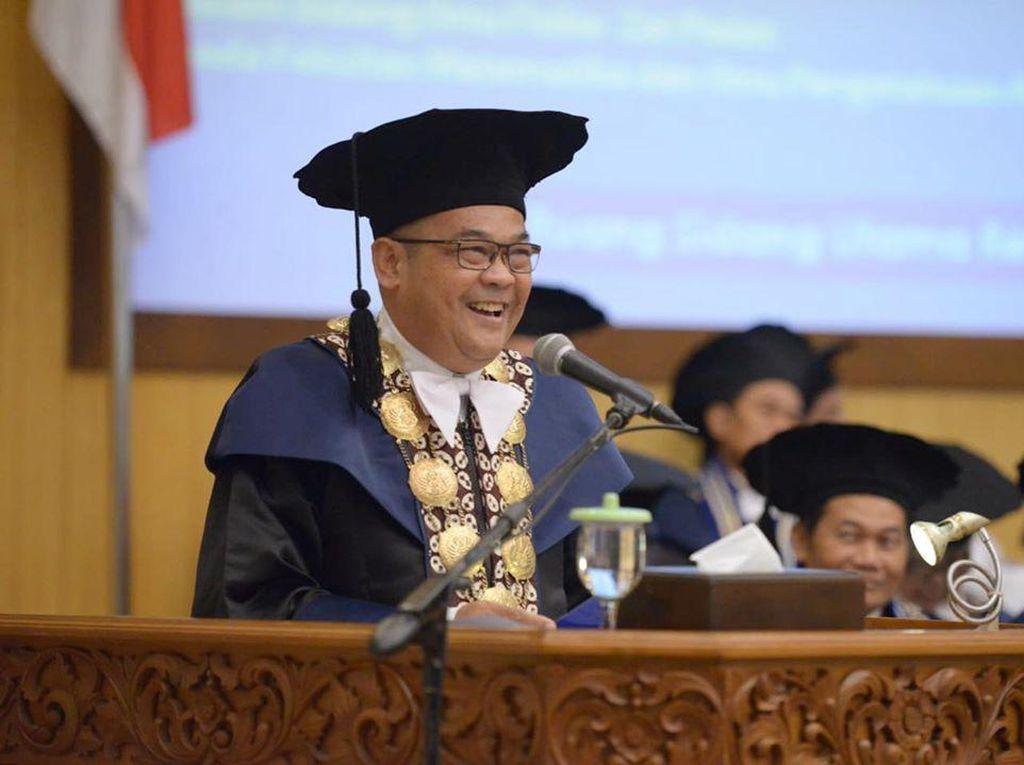 Cerita Prof. Sutrisna Wibawa yang Viral karena Jadi Rektor Idaman Mahasiswa