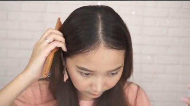 Langkah pertama memotong poni Korea adalah membelah tengah rambut menjadi dua bagian. Bagi rambut menjadi sama rata.
