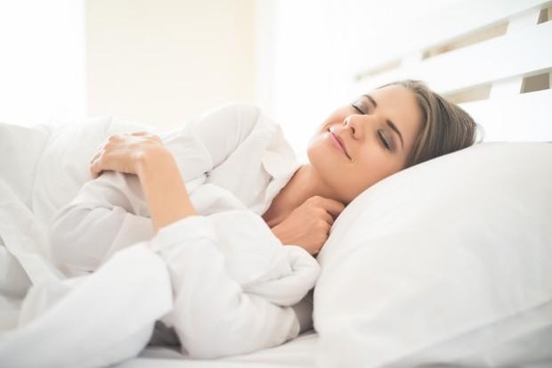 Tidur dengan posisi kepala lebih tinggi dari tubuh agar lendir tidak menggumpal di belakang tenggorokan.