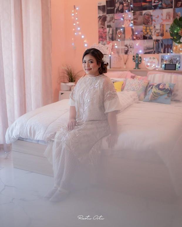 Dress berwarna soft memiliki potongan terusan dan lebar.