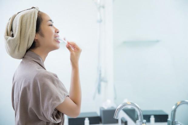 Ilustrasi: penyebab sariawan adalah menyikat gigi terlalu kasar