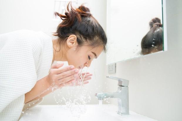 Gambar wanita sedang mencuci muka.
