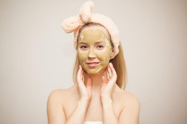 Remaja menggunakan masker wajah.