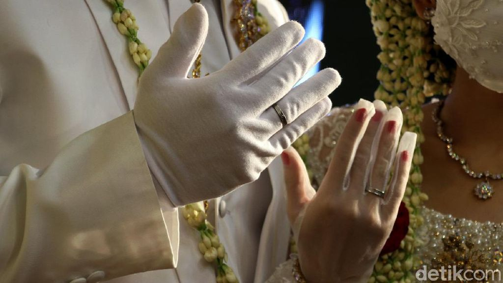 Beginilah Menikah Era New Normal, Pakai Cincin Kawin di Atas Sarung Tangan