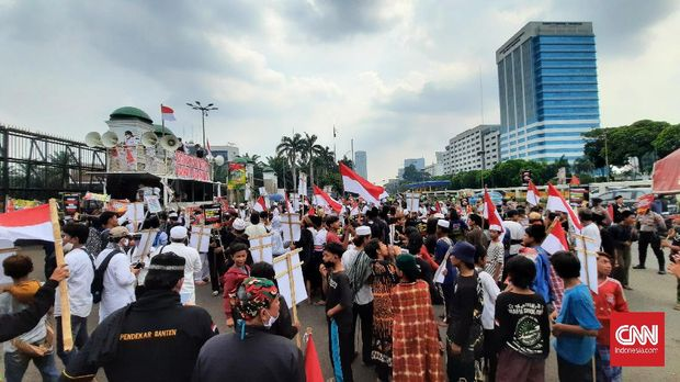 Massa yang mulai berdatangan tak menerapkan social distancing beberapa jam sebelum aksi dimulai di depan gedung DPR, Rabu (24/6)