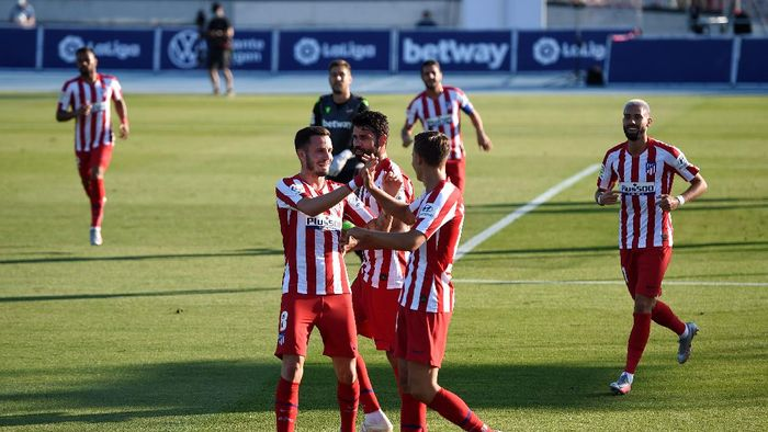 LA NUCIA, SPAIN - JUNE 23: Saul Niguez and Atletico team mates celebrate their first goal, an own goal scored by Bruno Gonzalez of Levante  during the Liga match between Levante UD and Club Atletico de Madrid at Estadi Olimpic Camilo Cano on June 23, 2020 in La Nucia, Spain. Football Stadiums around Europe remain empty due to the Coronavirus Pandemic as Government social distancing laws prohibit fans inside venues resulting in all fixtures being played behind closed doors. (Photo by Alex Caparros/Getty Images)
