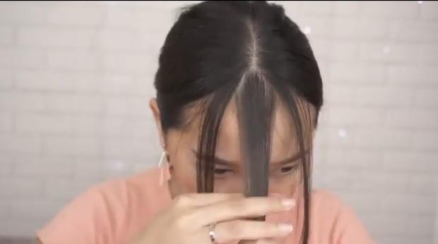 Bagi rambut dari segitiga tersebut menjadi tiga bagian, yakni kanan, kiri, dan tengah.